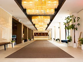 ホテルふじ シックなトーンにまとめられた、モダンな美しさに満ちた館内のロビー
