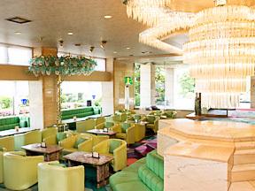ホテル石風 大きな窓からいっぱいの陽光がさす明るいラウンジ