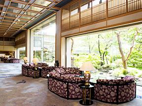 常磐ホテル 日本庭園を臨む広大なロビー