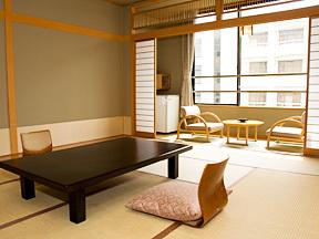 華やぎの章甲斐路 落ち着いた雰囲気の和室。明るい陽光にあふれて、ゆっくりくつろげる