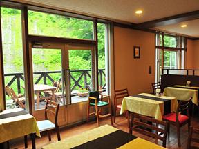 天人閣 イタリアンレストラン「花水木」にはテラス席もある。