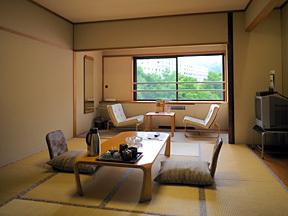 定山渓ホテル サンテラスを広めにとった和室でくつろぎの時間を過ごす