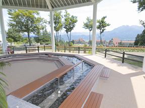 ホテルグリーンプラザ上越 頭上を渡る高原の風と目の前に広がる風景を堪能しながら入れる足湯