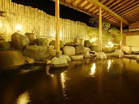 ホテルグリーンプラザ上越 照明の灯りが水面で揺れる夜は、幻想的な雰囲気