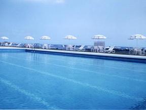 白浜オーシャンリゾート(旧:リゾートイン白浜) 海を真横に眺めるプール