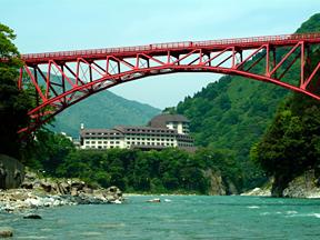 宇奈月 杉乃井ホテル トロッコ電車の赤い橋も鮮やかな景観