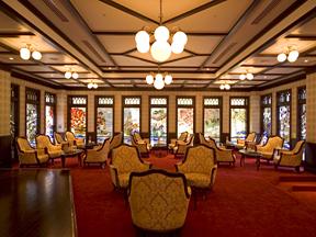金沢白鳥路 ホテル山楽 ロビーを彩る四季のステンドグラス