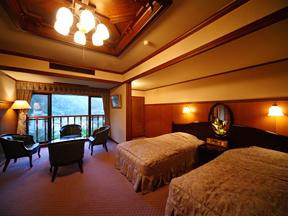 かなや 離れ客室の大正ロマン風ベッドルーム