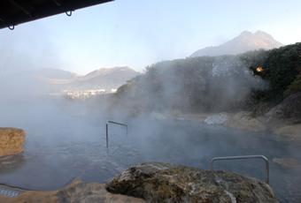 うねるように湯けむりがのぼる大露天風呂