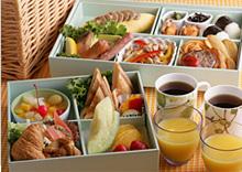 オリエンタルホテル 東京ベイ 【ファミリー】ベビーズスイート、キディスイートに宿泊し、ククゥの会員になると(入会金:有料:年会費無料)朝食はルームサービス「ピクニックブレックファスト」が利用できる(有料)。