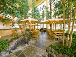 ホテルマイステイズプレミア札幌パーク(旧:アートホテルズ札幌) 気持ちのいい吹き抜けと清らかな水辺がお出迎え