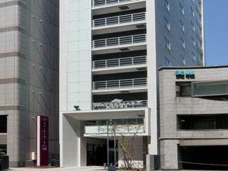 ウォーターマークホテル札幌 シンプルで現代的な外観。狸小路アーケードを通って傘いらずでチェックイン可能