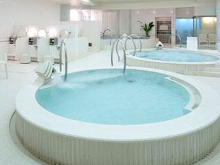 ホテルエミシア札幌 地下1階「スパ・アルパ」では、ジャグジーなどの大きなお風呂でゆったり寛げる