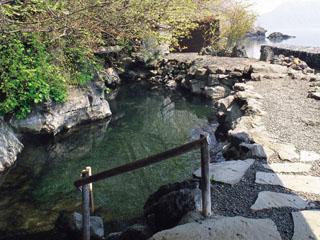 湖と繋がる天然露天風呂