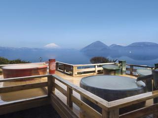 絶景の湯宿洞爺湖畔亭 湖上32mから洞爺湖を一望。晴れた日は羊蹄山を、夜は一面の星空を仰ぐ空中露天風呂