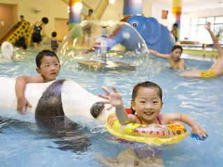 ご家族で楽しめるプールもあります。ウォータースライダーも完備しています