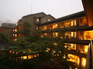 登別温泉郷滝乃家 四季折々に彩を変える樹木に囲まれた露天風呂。風情あふれる日本庭園。