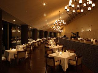 富良野リゾートオリカ 大きな窓とゆったりとしたスペースが開放的なカジュアルレストラン「ORIKA」