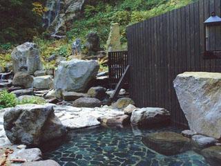 ランプの宿青荷温泉 全国的にも珍しい滝の見える温泉です