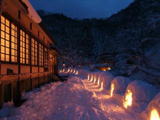 ランプの宿青荷温泉 冬はろうそくを灯したたくさんのかまくらがお出迎えします