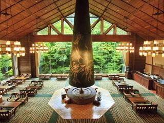 星野リゾート 奥入瀬渓流ホテル ラウンジ「森の神話」では岡本太郎作巨大暖炉が迎える