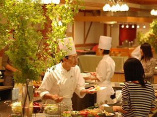 星野リゾート 奥入瀬渓流ホテル 青森の食材を目前調理で楽しめるビュッフェ。シェフオリジナルの森のサラダが人気