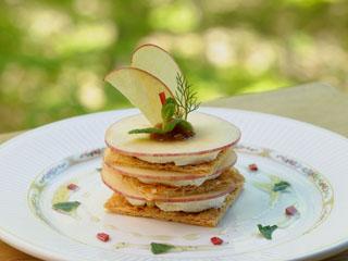 星野リゾート 奥入瀬渓流ホテル ラウンジ森の神話の「幸福林檎のミルフィーユ」は生のりんごを使用した逸品