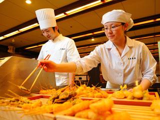 花巻温泉 ホテル紅葉館 名物の15種類の串揚げやステーキ、炭火焼などのライブコーナーが魅力です