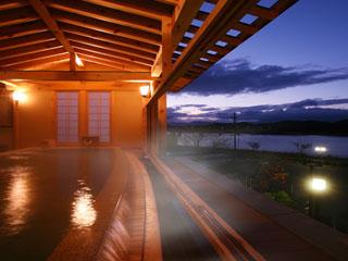 ホテル紫苑 ひとりじめの湯檜露天風呂。目の前の湖を望む