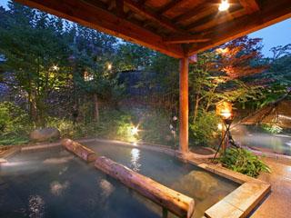 愛真館 庭園縄文露天風呂。堅穴の湯は深さ120cmのたち湯