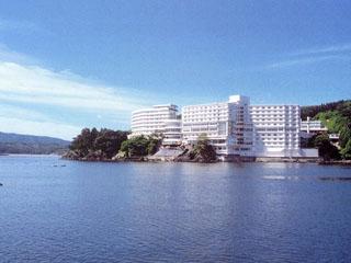 南三陸ホテル観洋 青い海と太陽がつくり出す自然美。潮騒や潮風も心地いい。志津川湾との一体感をテーマとした開放感あふれる館内と海の幸が自慢のホテルです。