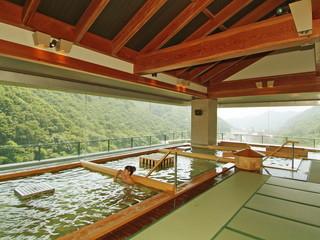 ホテル華の湯 庭園露天風呂と展望ひのき癒しの湯とで30種類の湯舎めぐりが楽しめる