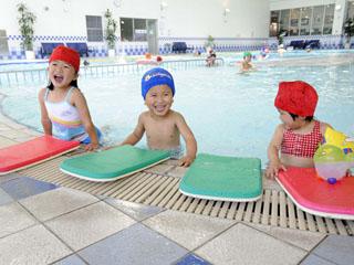 ホテルエピナール那須 一年中利用できる室内温水プール。プール用オムツ着用で赤ちゃんでもOK