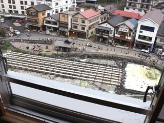 ホテル一井 全124室のうち、25室のみの湯畑側のお部屋から眺める湯畑