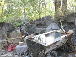 ホテル湖城閣 赤谷湖を見下ろす絶景の露天風呂は、水車があったり、はしごがあったり、ちょっと変わった遊び心くすぐる造り。