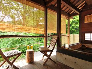 蛍雪の宿 尚文 嬉しい露天風呂付客室。天然温泉の檜露天風呂。