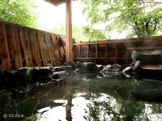 蛍雪の宿 尚文 館内には、露天風呂と岩風呂内湯がそれぞれ2つずつ、計4つの貸切風呂があり、予約・料金不要で何度でも利用できる。