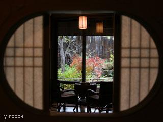 蛍雪の宿 尚文 「こぶし」の客室は、和室と次の間との境目に、目を引くモダンなデザインが施されている。