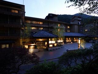 四万やまぐち館 水と緑に恵まれたやまぐち館は、女性に人気の露天風呂とご家族に好評な貸切展望風呂等があり、お風呂三昧の日本旅館です。