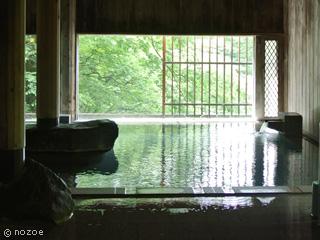 水上館 頑丈に組まれた太い梁が印象的な「牧水の湯檜風呂」。