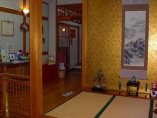 平成の旅籠なかざわ旅館 床の間付 玄関内は月毎に掛け軸
