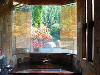 平成の旅籠なかざわ旅館 展望風呂。六角窓から見える