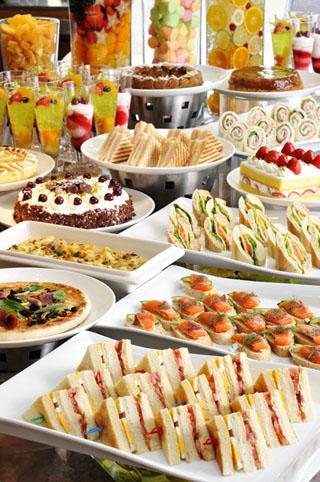 ヒルトン東京ベイ ロビーラウンジでは週末の午後にデザートブッフェを提供