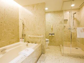 ホテルオークラ東京ベイ 総大理石造りのバスルームはバスタブとシャワーブースを完備
