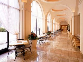 ホテルオークラ東京ベイ 自然光がたっぷりと射し込むリゾート感あふれる回廊