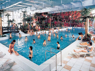 鴨川ホテル三日月 年中無休の室内温水プール。スイミング・水中ウォーキングで健康づくり