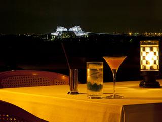 東京ベイ舞浜ホテル クラブリゾート ホテル最上階では東京ゲートブリッジの夜景も。バーテンダーの作るカクテルと共に