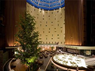 東京ベイ舞浜ホテル 円形のアトリウムは自然光がふりそそぐ開放感のある空間