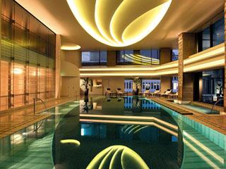 ザ・ペニンシュラ東京 宿泊ゲストが無料で利用可能な開放感のあるプール
