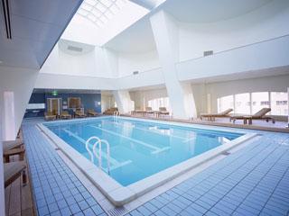 ハイアット リージェンシー 東京 ホテル最上階には開放的なプールとフィットネス事務を完備